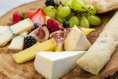 Placa de queijo com uvas e morangos do pão Imagem de Stock