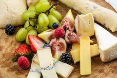 Placa de queijo com uvas e morangos do pão Foto de Stock