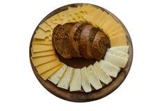 Placa de queijo de madeira com o pão isolado no branco Fotografia de Stock