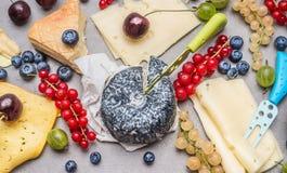 Placa de queijo do café da manhã com várias bagas Imagens de Stock Royalty Free
