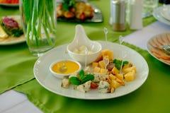 Placa de queijo em uma tabela branca Foto de Stock