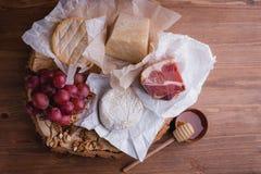 Placa de queijo em uma tabela de madeira rustic imagem de stock