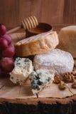 Placa de queijo em uma tabela de madeira rustic foto de stock royalty free
