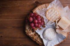 Placa de queijo em uma tabela de madeira rustic fotografia de stock