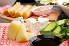 Placa de queijo, rolos do queijo e culinária de /Mediterranean da salada da lentilha imagens de stock