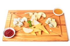 A placa de queijo serviu com sementes de abóbora, doce, mel e a hortelã verde em um fundo de madeira Vista superior Isolado no br imagem de stock royalty free