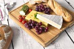 Placa de queso con el baguette fresco Fotografía de archivo