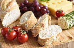 Placa de queso con el baguette fresco Fotos de archivo libres de regalías