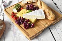 Placa de queso con el baguette fresco Imagen de archivo libre de regalías