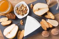 Placa de queso con el postre de la charcutería del brie Imagen de archivo libre de regalías
