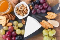 Placa de queso con el postre de la charcutería del brie Imagenes de archivo