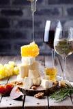 Placa de queso con la miel, uva, vino en vidrios Fotografía de archivo libre de regalías