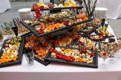 Placa de queso con la variedad de aperitivos en la tabla en el abastecimiento del evento Fotos de archivo