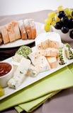 Placa de queso con las uvas y la cena del vino Foto de archivo