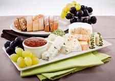 Placa de queso con las uvas y la cena del vino Imagen de archivo libre de regalías