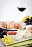 Placa de queso con las uvas y la cena del vino Fotografía de archivo