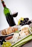Placa de queso con las uvas y la cena del vino Imagenes de archivo