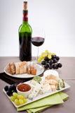 Placa de queso con las uvas y la cena del vino Foto de archivo libre de regalías