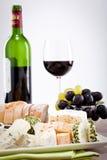 Placa de queso con las uvas y la cena del vino Imágenes de archivo libres de regalías