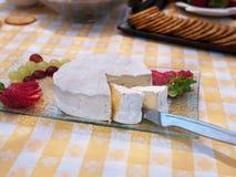 Placa de queso del brie con la fresa y las uvas Imágenes de archivo libres de regalías