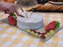 Placa de queso del brie con la fresa y las uvas Fotografía de archivo