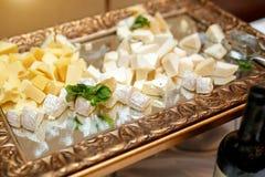 Placa de queso en el abastecimiento del evento Foto de archivo