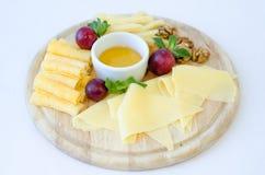 Placa de queso en la porción en la tabla Fotografía de archivo libre de regalías