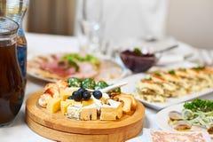 Placa de queso en una tabla del restaurante Fotografía de archivo libre de regalías
