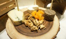 Placa de queso y frutas secas Foto de archivo libre de regalías