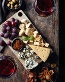 Placa de queso y vino rojo imagen de archivo