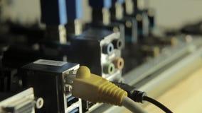Placa de rede com cabo no cartão-matriz com razer em um fundo Lâmpada de piscamento, presença do sinal vídeos de arquivo