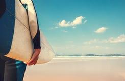 A placa de ressaca no fim da mão do ` s do surfista acima da imagem com ondas de oceanos vie Fotos de Stock