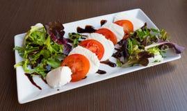 Placa de salada de Caprese imagens de stock