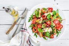 Placa de salada do legume fresco dos tomates, dos espinafres, da pimenta, da rúcula, das folhas da acelga e da carne grelhada do  Foto de Stock