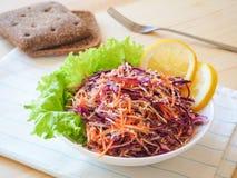 Placa de salada fresca com aipo de raizes misturado, cenoura, couve vermelha no fim de madeira claro do fundo acima Alimento saud Fotos de Stock Royalty Free