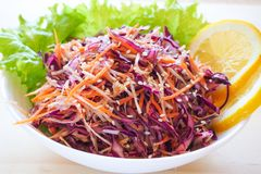 Placa de salada fresca com aipo de raizes misturado, cenoura, couve vermelha no fim de madeira claro do fundo acima Alimento saud Imagens de Stock Royalty Free