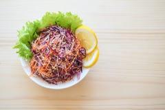 Placa de salada fresca com aipo de raizes misturado, cenoura, couve vermelha no fim de madeira claro do fundo acima Alimento saud Fotos de Stock