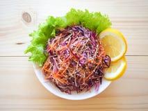 Placa de salada fresca com aipo de raizes misturado, cenoura, couve vermelha no fim de madeira claro do fundo acima Alimento saud Imagem de Stock Royalty Free