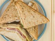 Placa de sanduíches sortidos no pão de mistura imagem de stock