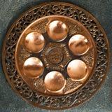 Placa de Seder del Passover de la vendimia en fondo oscuro. Fotografía de archivo