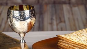 Placa de Seder de la pascua judía con el séptimo artículo simbólico usado durante la comida del seder en día de fiesta judío del  almacen de video