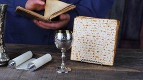 Placa de Seder de la pascua judía con el séptimo artículo simbólico usado durante la comida del seder en día de fiesta judío del  almacen de metraje de vídeo