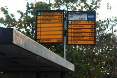 Placa de sinal com nomes de paradas do ônibus e de rotas de ônibus locais da cidade em Haifa, Israel fotos de stock royalty free