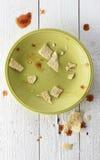 Placa de sobra sucia de nachos con salsa imagen de archivo libre de regalías