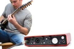 Placa de som e guitarrista que jogam a música Fotografia de Stock Royalty Free