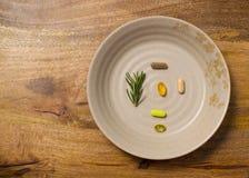 Placa de suplementos dietéticos na placa de madeira envelhecida Imagens de Stock Royalty Free
