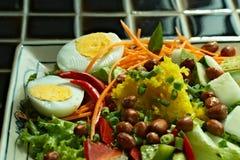 Placa de verduras coloridas y del primer hervido de los huevos Imagen de archivo libre de regalías