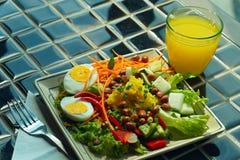 Placa de verduras coloridas y del primer hervido de los huevos Fotografía de archivo libre de regalías