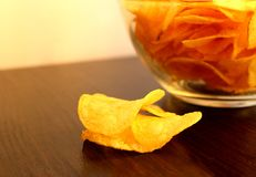 Placa de vidro com as microplaquetas de batata deliciosas friáveis fotografia de stock royalty free
