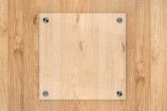 Placa de vidro ou quadro acrílico no fundo de madeira Imagem de Stock